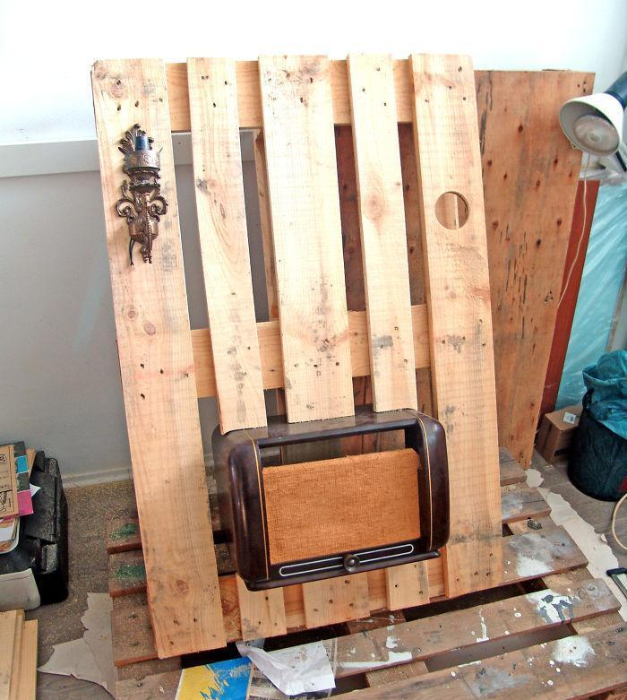 i-transformed-pallets-into-a-functional-wall-decoration-586e17b6a4c74__700